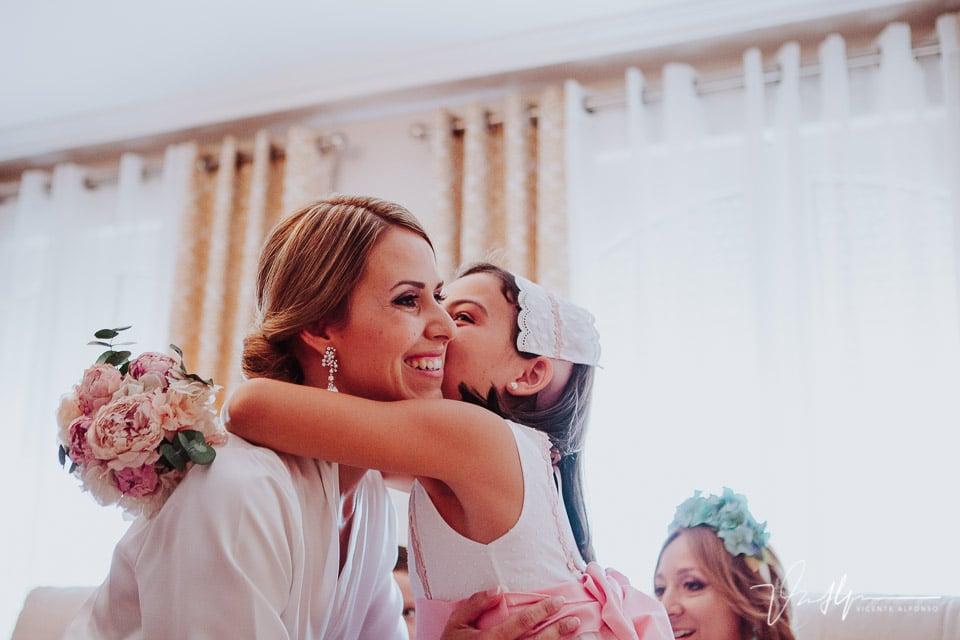 Sobrina besando a la novia
