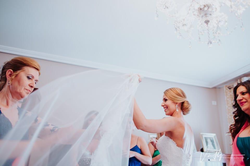 Ajustando el velo de la novia
