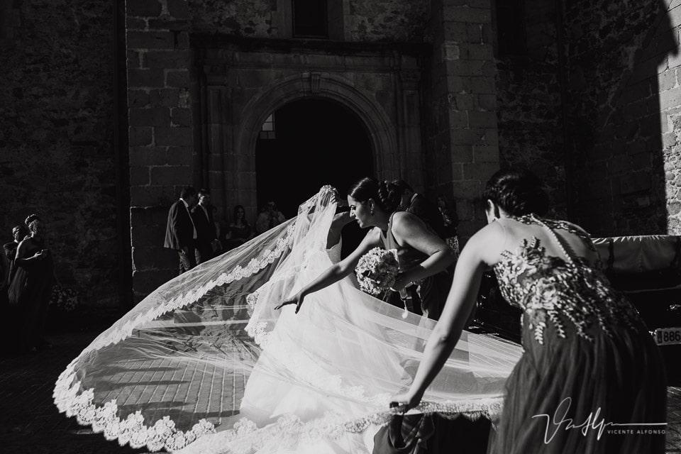 El velo de la novia volando a la entrada de la iglesia en Talayuela