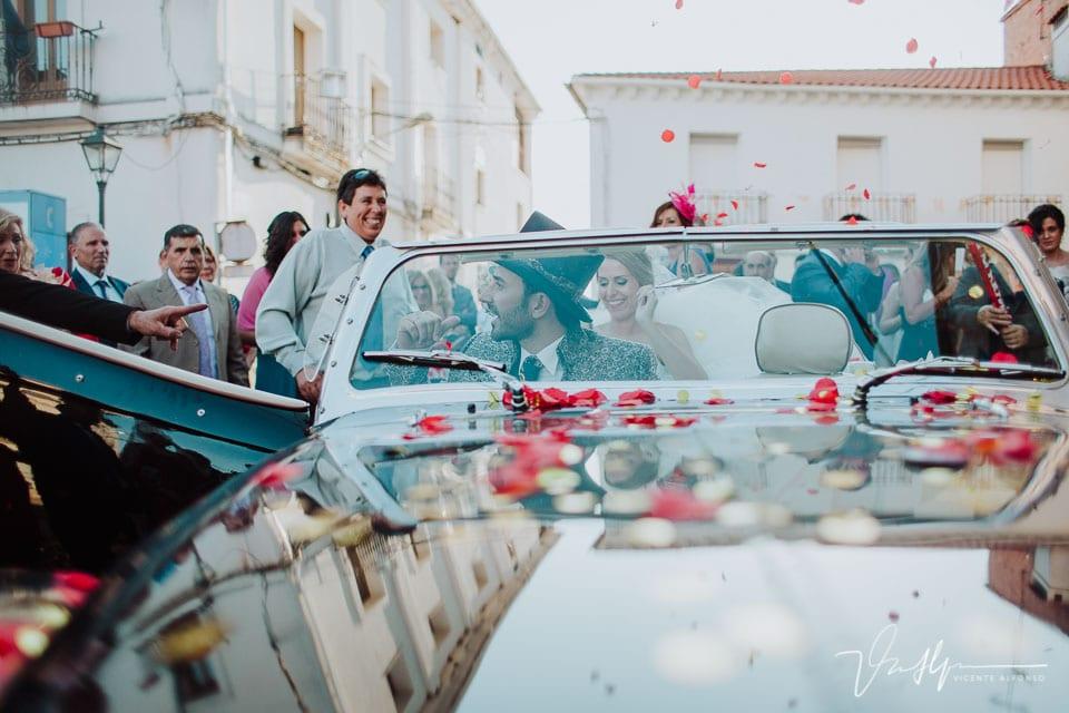 Novio entrando al coche al salir de la iglesia
