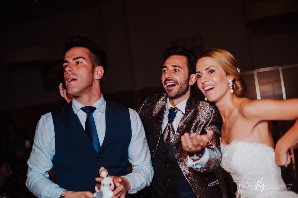 Novios sonriendo al entregar regalo de boda
