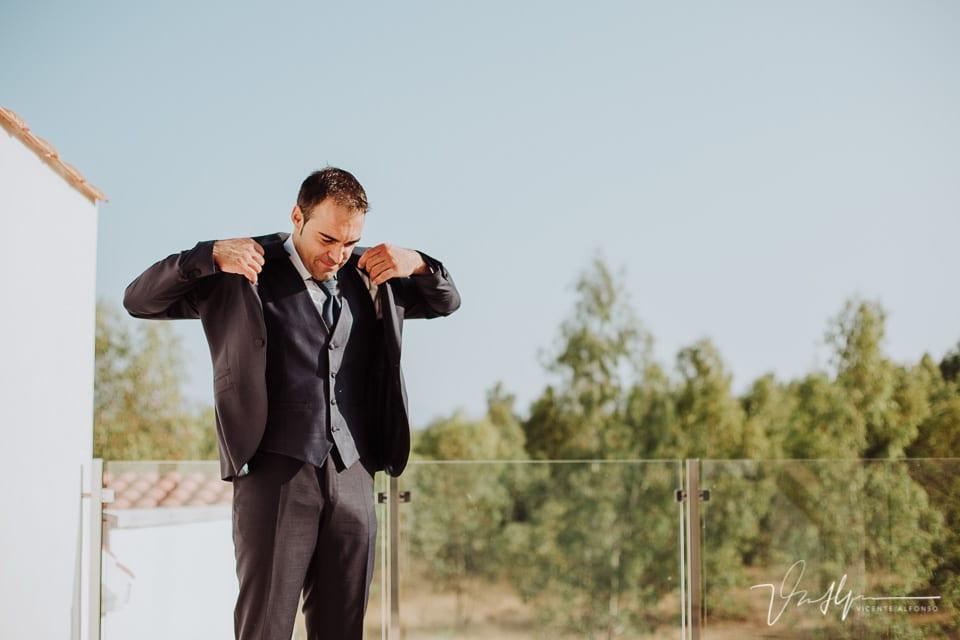 El novio terminando de vestirse