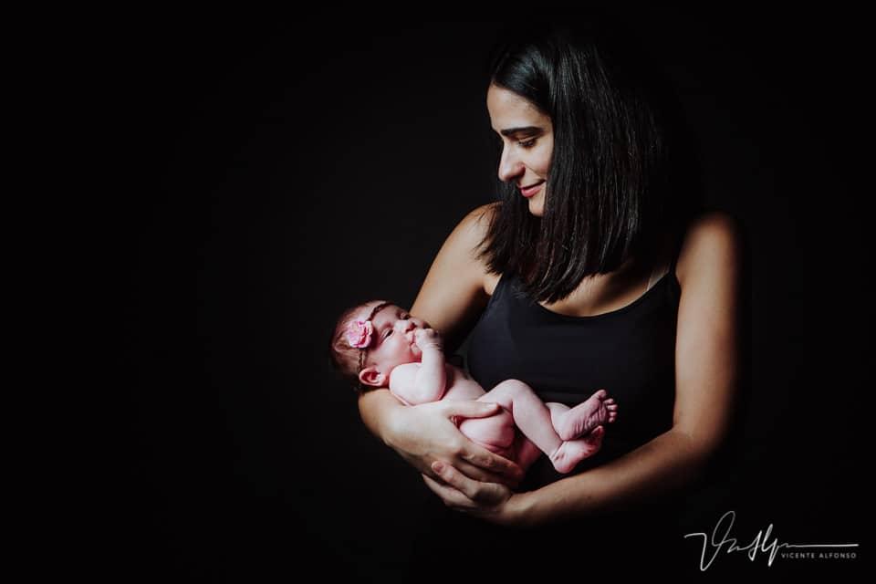 Recién nacida en los brazos de su madre