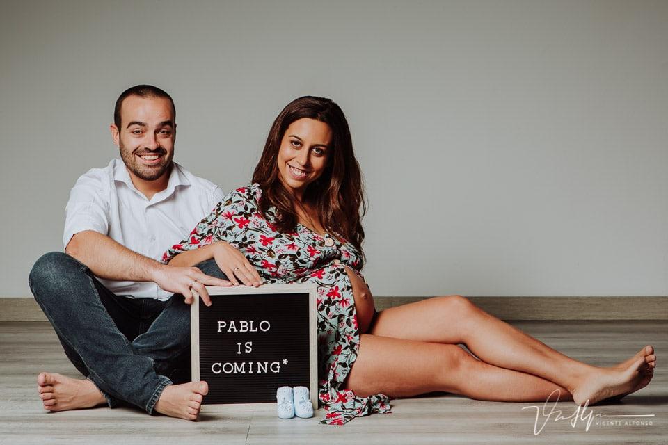 Reportaje de pareja y embarazo en estudio con pizarra