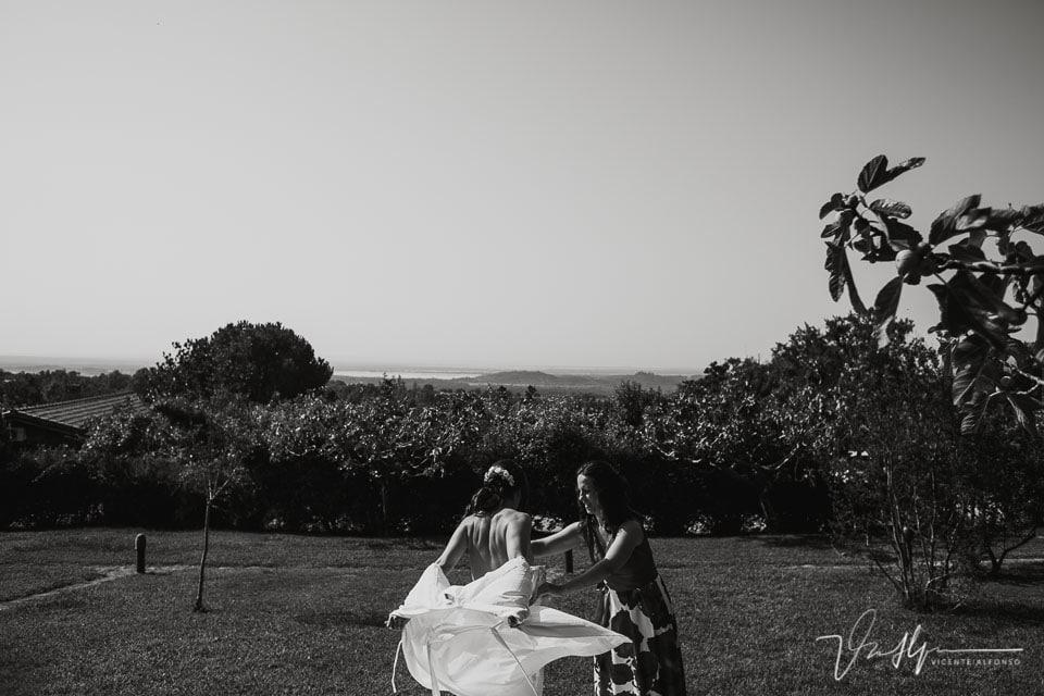 La novia quitándose la ropa en mitad de un jardín en el Raso