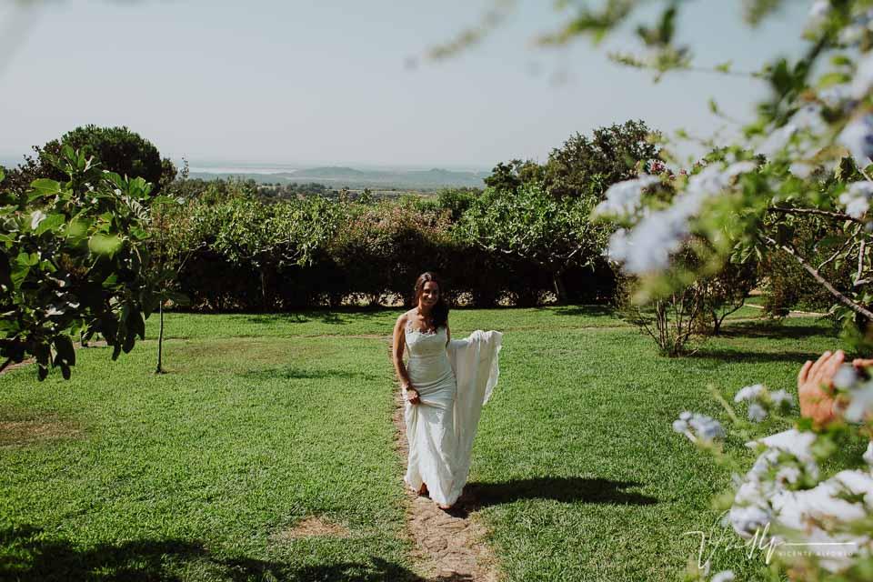 La novia andando descalza en la finca en el Raso