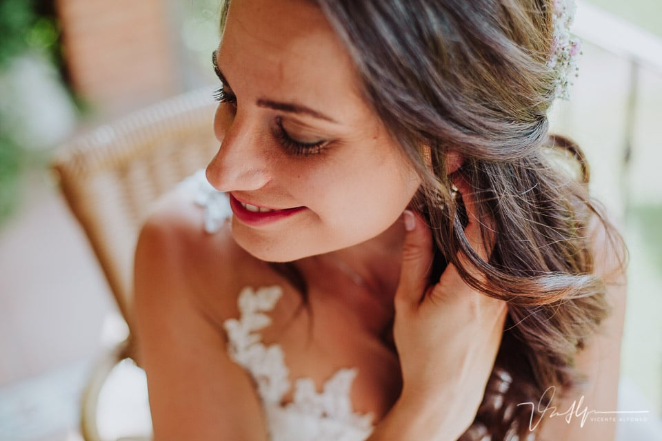 La novia echándose perfume