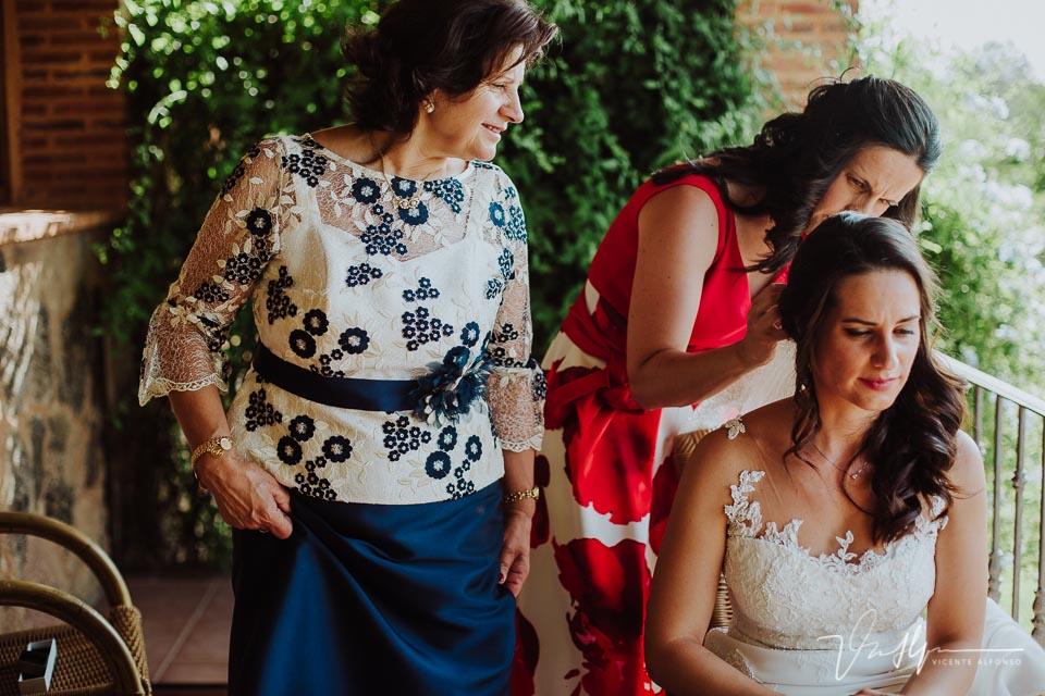 Madre y hermana poniendo el tocado a la novia