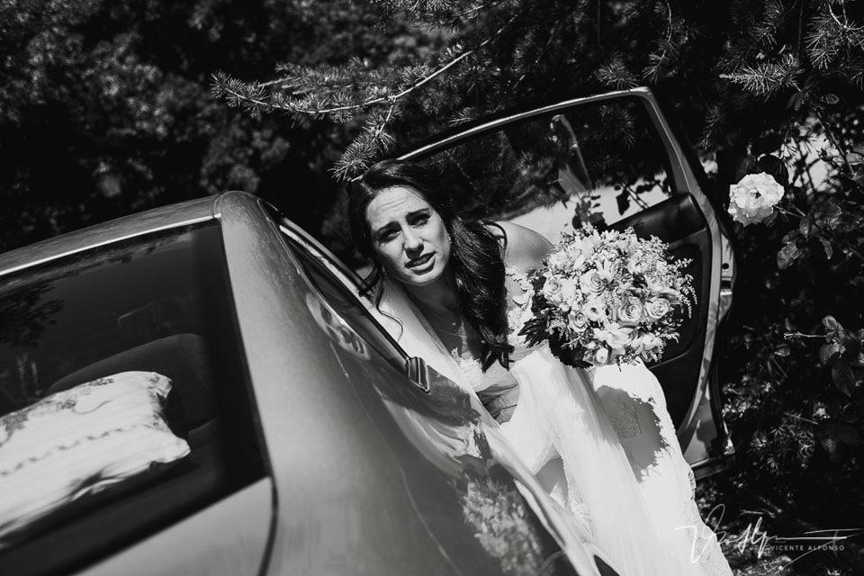La novia saliendo del coche en la Iglesia de Chilla en Candeleda