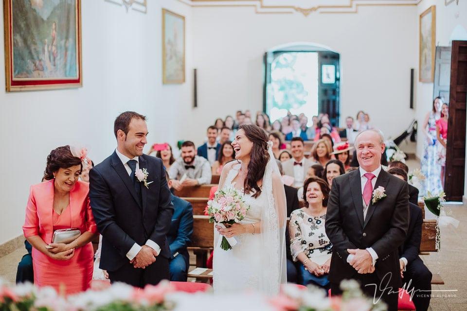 Novia riendo de la verguenza por pedir beso en la Iglesia de Chilla