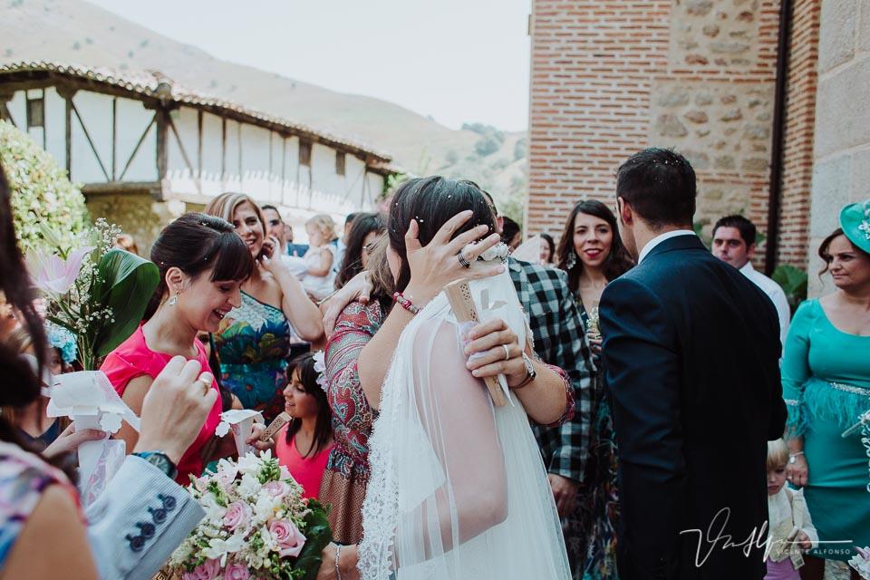 Abrazos en la boda en la Iglesia de Chilla en Candeleda