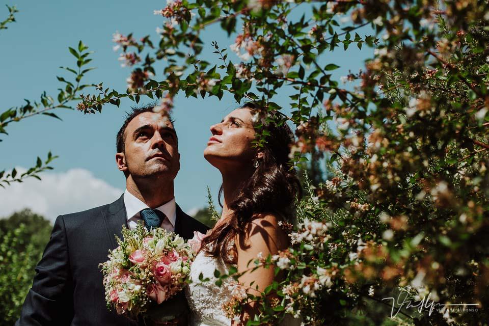 Reportaje de fotos de los novios en la boda en Chilla en Candeleda entre las flores
