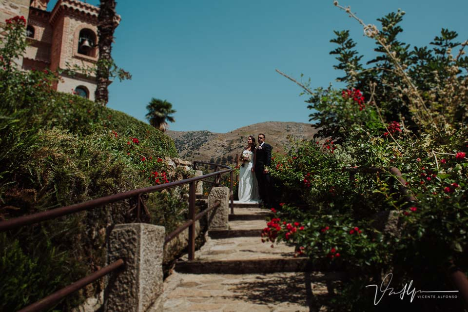 Reportaje de fotos de los novios en la boda en Chilla en Candeleda con la sierra de fondo