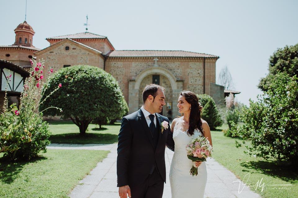 Reportaje de fotos de los novios en la boda en Chilla en Candeleda con la iglesia de fondo