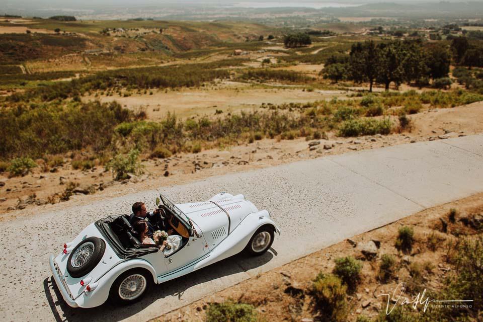 Reportaje de boda con coche clásico entre las montañas del Raso