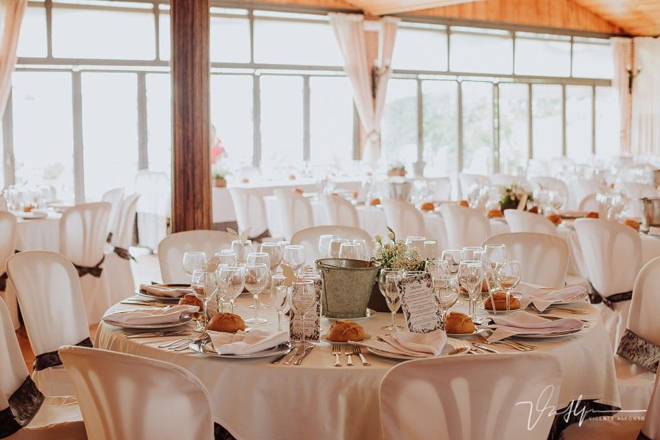 Detalle mesas y banquete del Mirador de Gredos en el Raso 01