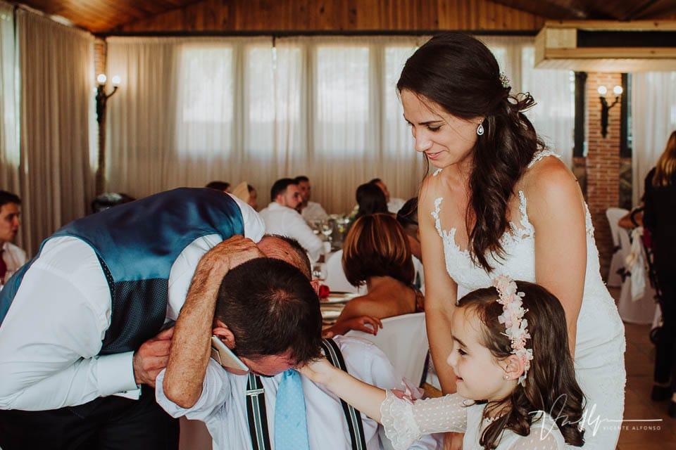 Detalle de boda emotivos y divertidos en el Mirador de Gredos en el Raso