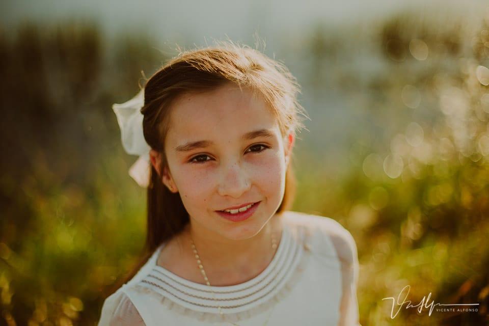 Retrato niña vestida de comunión en una laguna