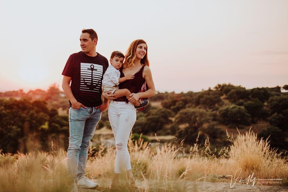 Reportaje de familia con su hijo en el campo