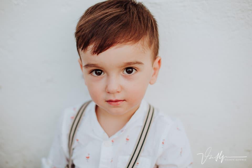 Retrato niño de 3 años con tirantes