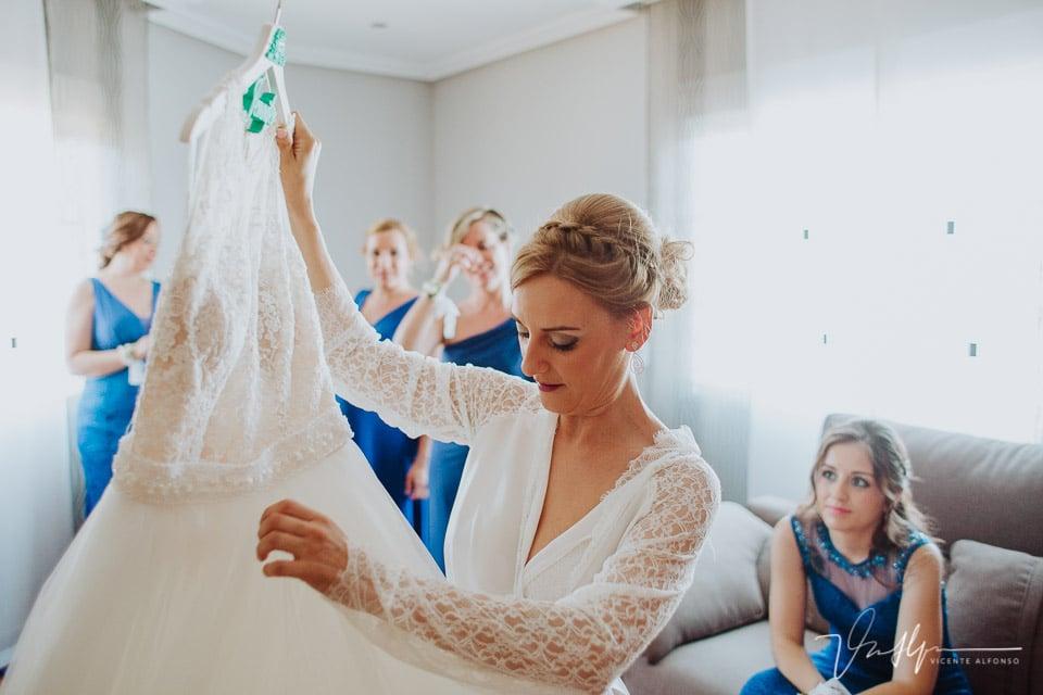 Novia preparando el traje para vestirse