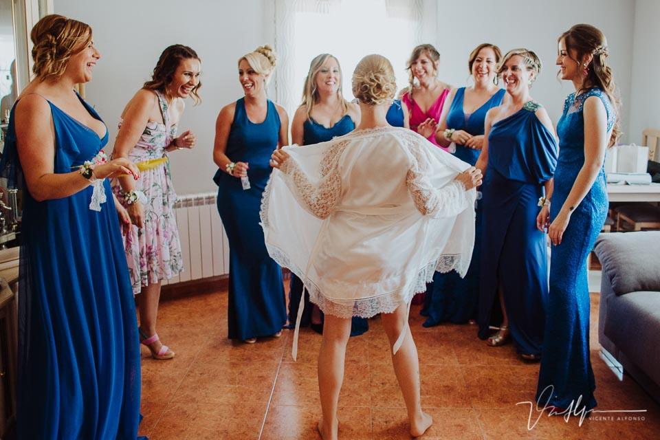 Novia haciendo un streptease delante de las amigas antes de vestirse