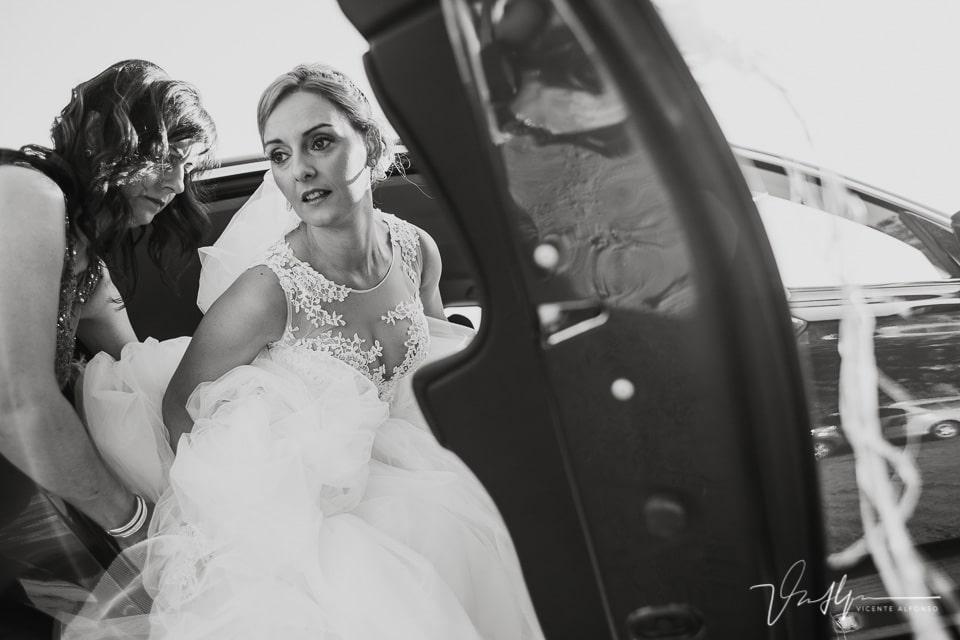 Novia saliendo del coche para la ceremonia