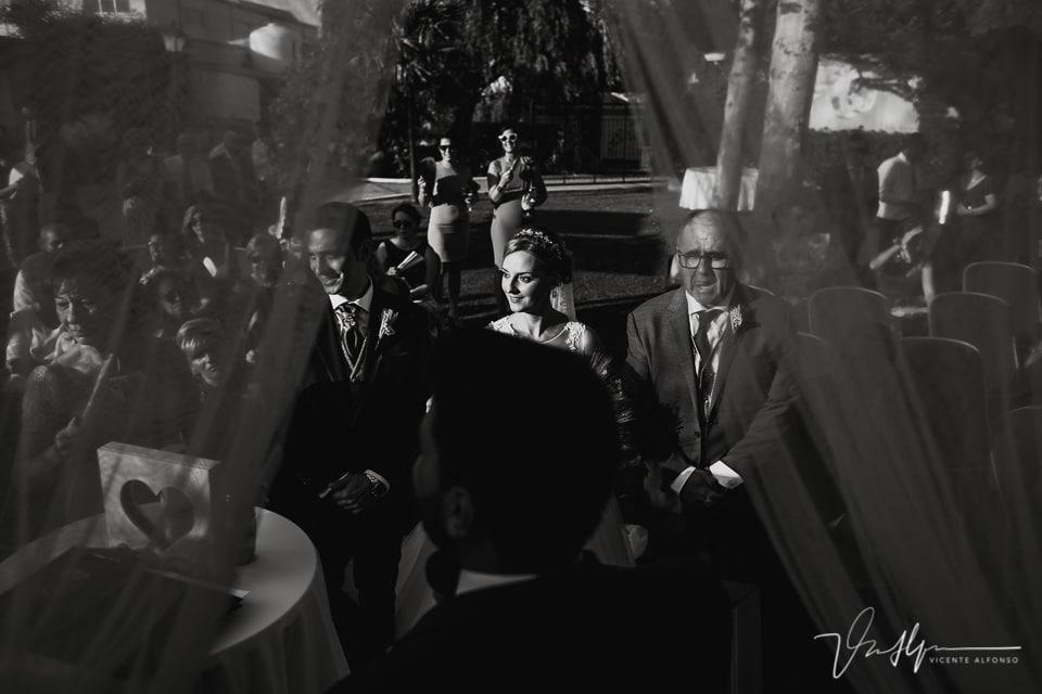 Rayos de luz en la novia en la ceremonia civil en Navalmoral de la Mata