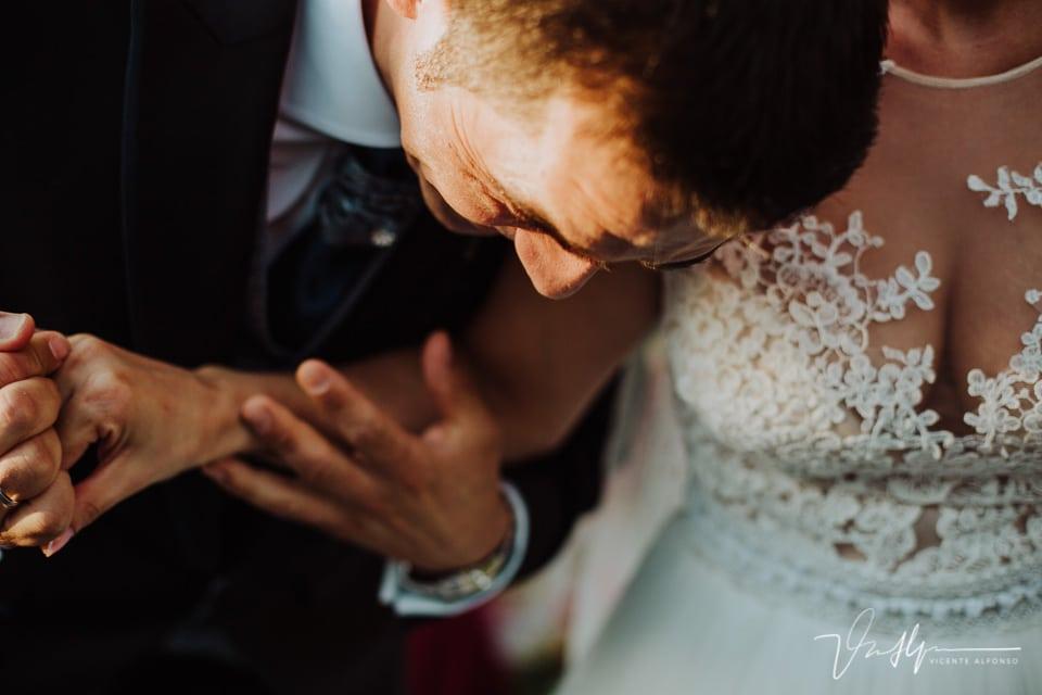 Novio riendo a carcajadas mientras se agarra a la novia