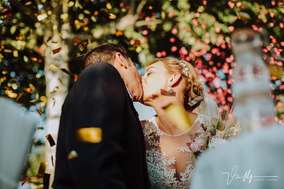 Beso de los novios al terminar la ceremonia Civil en Los Aperos en Navalmoral de la Mata