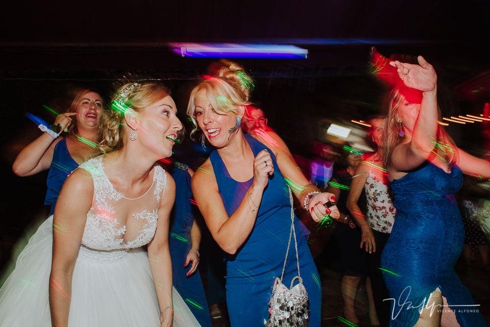 Momento fiesta y baile en la boda en los Aperos en Navalmoral de la Mata