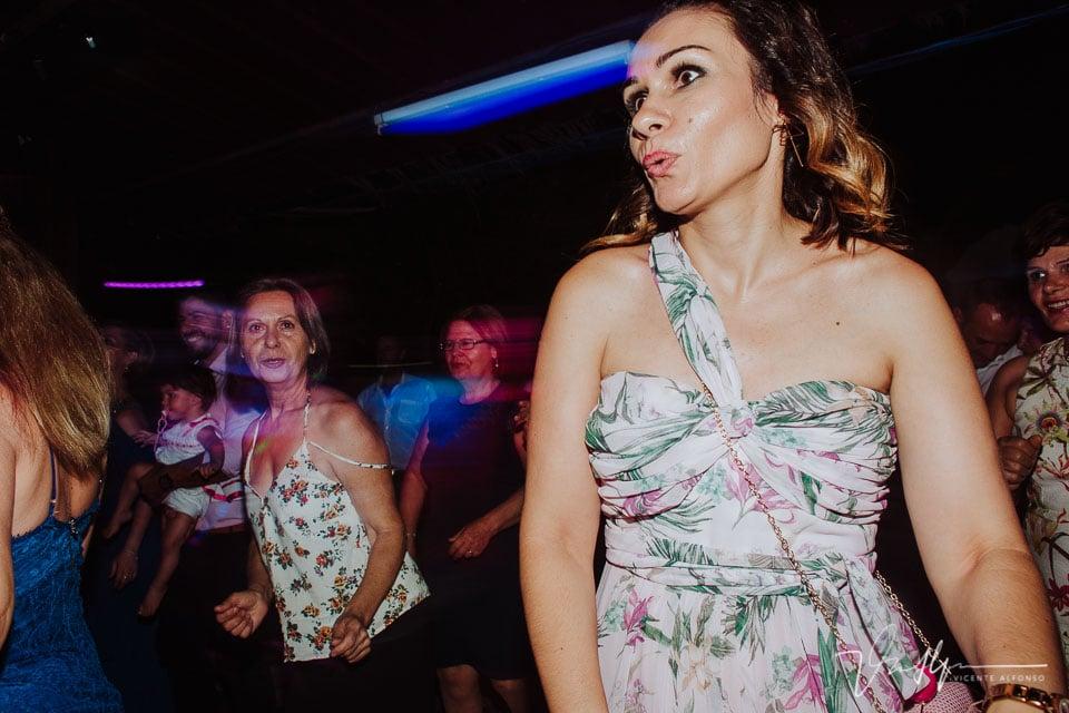Momento fiesta y baile en la boda en los Aperos en Navalmoral de la Mata 1