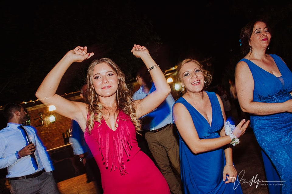 Momento fiesta y baile en la boda en los Aperos en Navalmoral de la Mata 2
