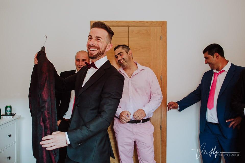Amigos del novio en Tietar ayudando a vestirse