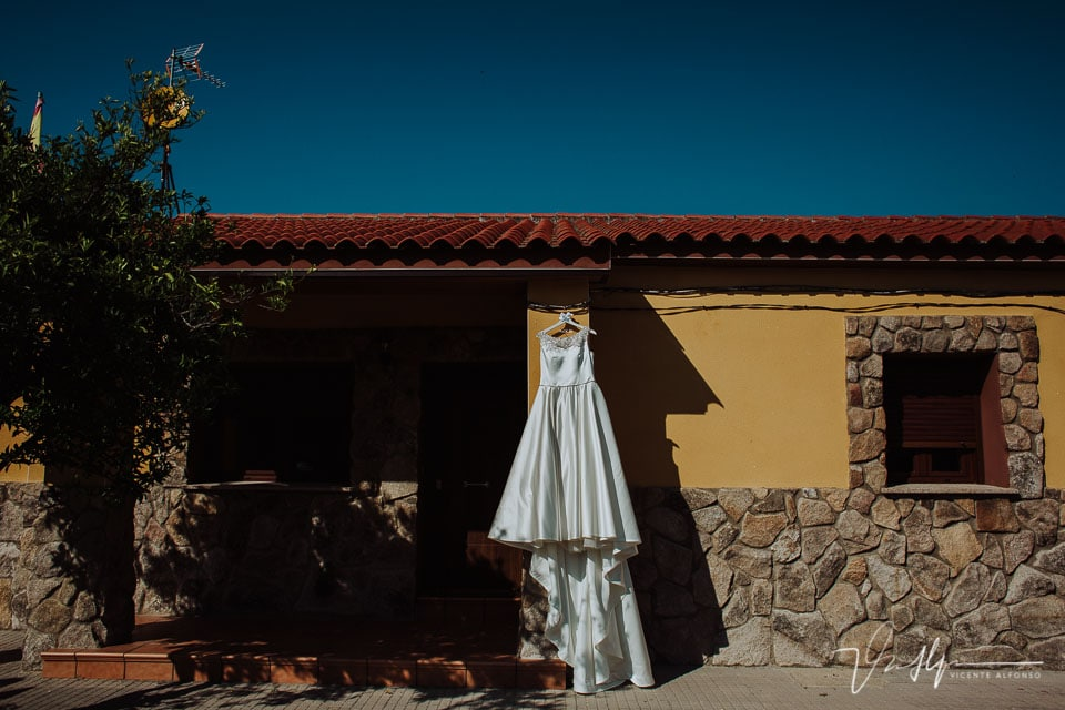 Detalle del vestido de la novia colgado en su casa de Tietar