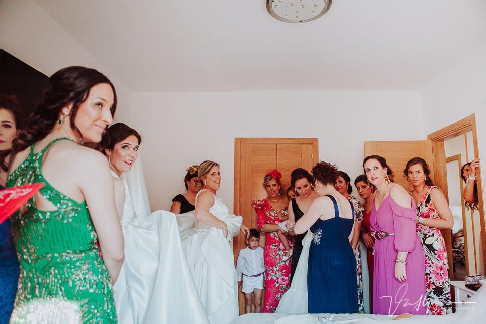 Terminando de vestir a la novia