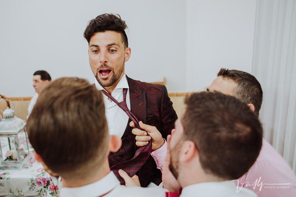 Momento corte de corbata al novio en Talayuela