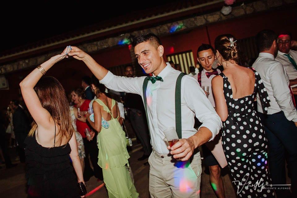Amigos bailando en la boda en Tietar