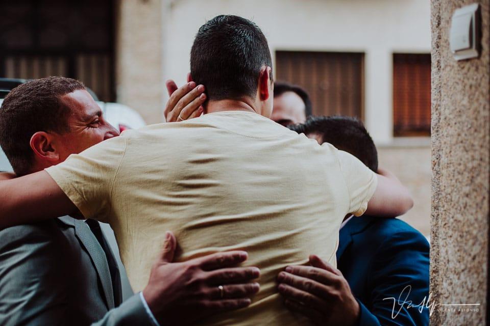 abrazo del novio al recibir a sus amigos