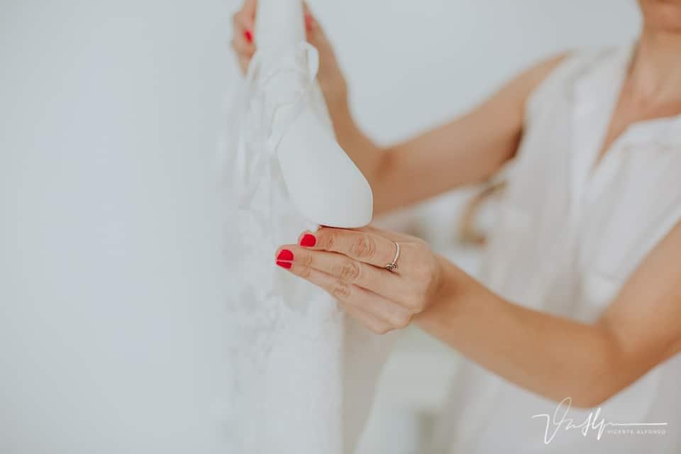 sujetando el traje de novia con cuidado