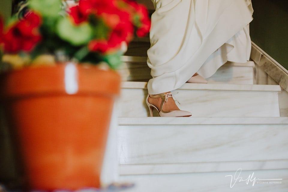 detalle zapato novia bajando las escaleras