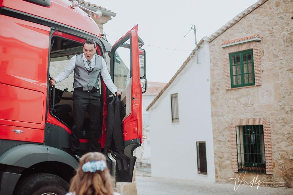 novio llegando a la iglesia en camión