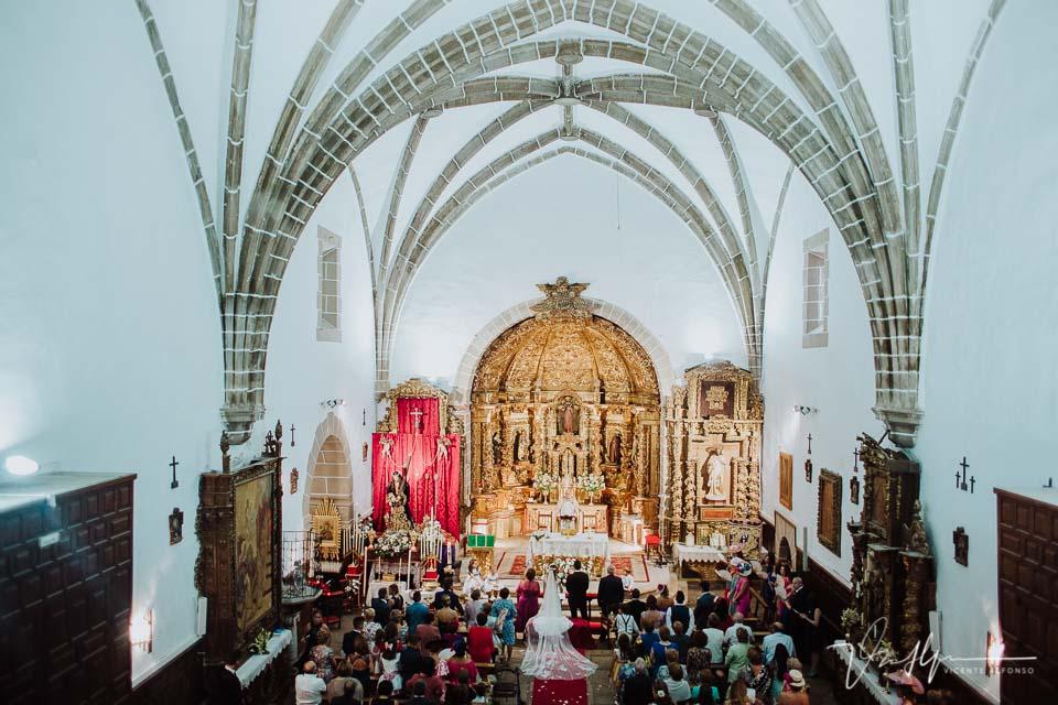 vista angular de la iglesia de Peraleda de la Mata
