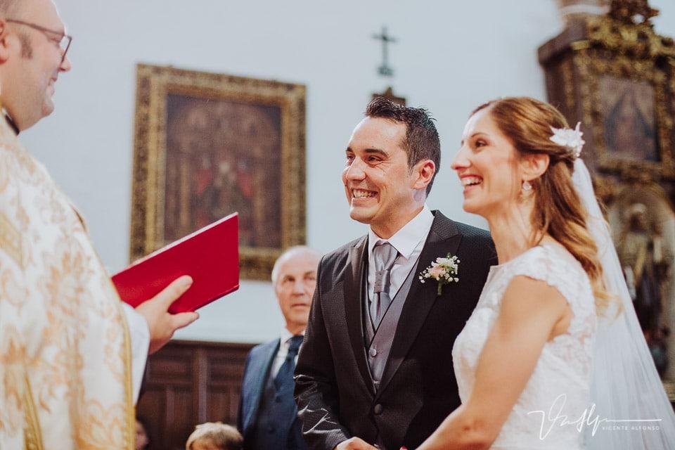 novios riendo antes de casarse en la iglesia