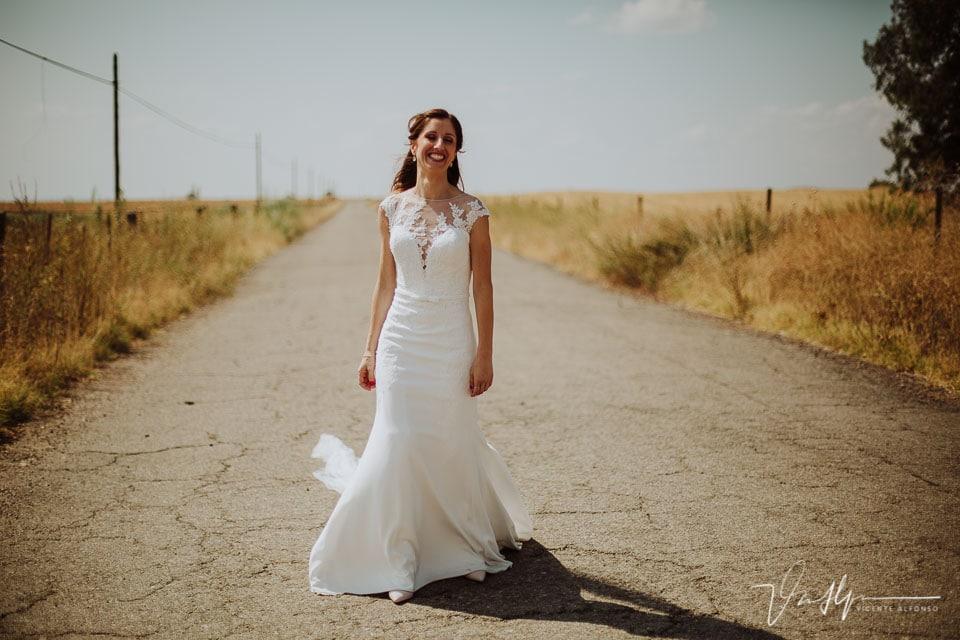 novia andando por la vía de servicio en el reportaje de boda