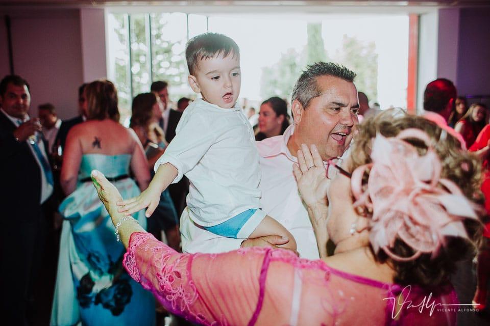 el hijo de los novios en el baile de la boda