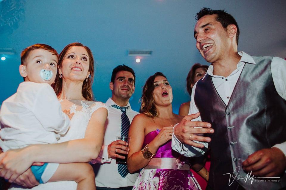 novios riendo con la presentación en el baile