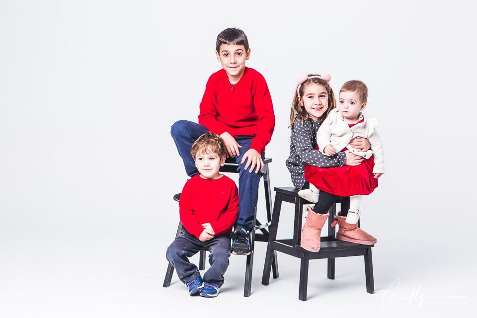 Reportaje familiar de estudio con 3 peques y un bebé