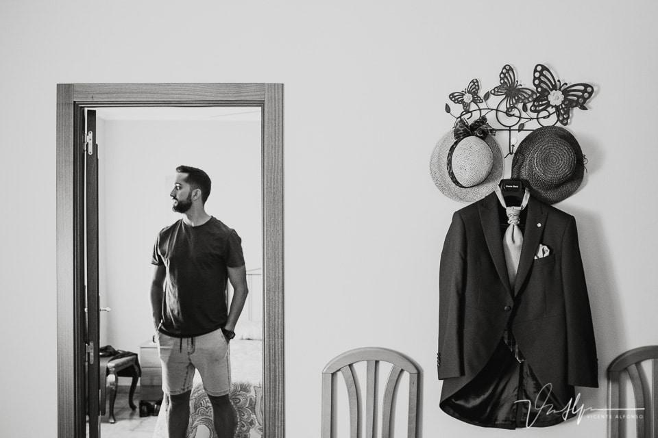 detalle del traje y del novio antes de vestirse