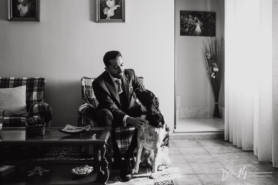 el novio vestido junto a su perro
